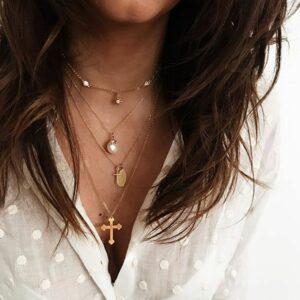 collares cruces, virgen y perlas