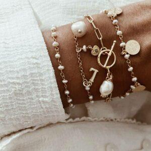 pulsera perlas iniciales medallas