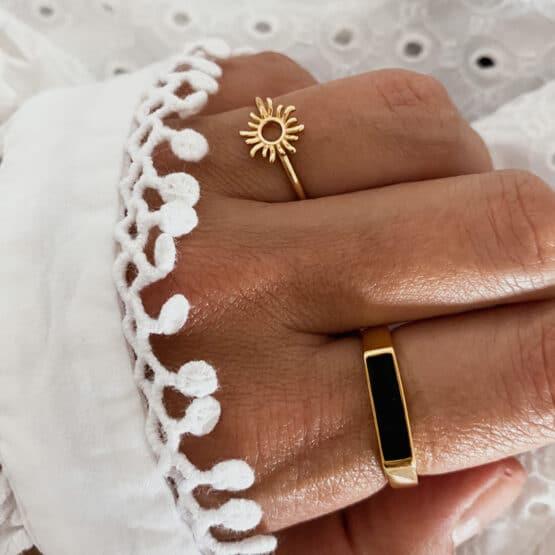 anillo sol y esmalte negro baño oro